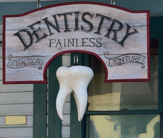 dřevěný nápis, zubař, velký zub