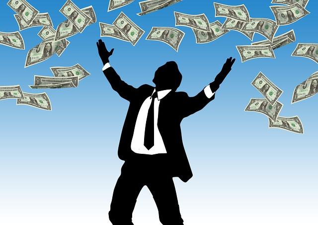 podnikatel, který se raduje ze zisku hromady peněz