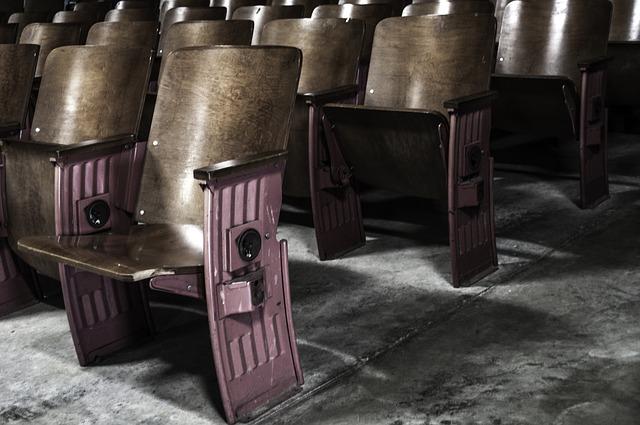 sedačky v kině