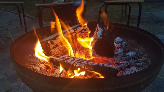 hořící oheň na grilu
