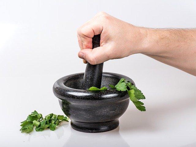 Hmoždíř s bylinami
